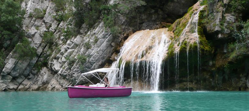 Location de bateaux électriques pour pouvoir profiter pleinement des paysages des Gorges du Verdon...<br /> 20 embarcations de 4, 5, 7 ou 8 places
